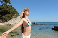 Touriste heureux respirant l'air frais profond sur la plage des vacances images stock
