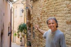 Touriste mûr dans le village Images libres de droits