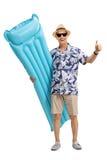 Touriste mûr avec un matelas d'air faisant le pouce vers le haut du geste Photos libres de droits