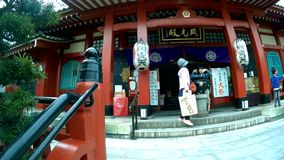 Touriste marchant au temple de Tokudaiji sur le marché d'Ameyoko clips vidéos