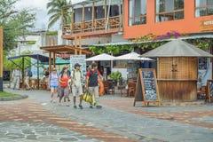 Touriste marchant chez San Cristobal Street, Galapagos, Equateur Image libre de droits