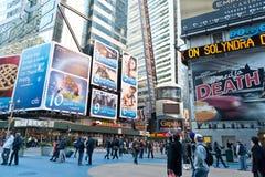 Touriste marchant dans les Times Square Photo libre de droits