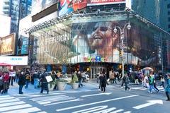 Touriste marchant dans les Times Square Photographie stock