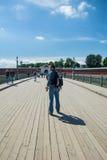 Touriste marchant sur la passerelle dans Peter et Paul Fortress Photographie stock libre de droits