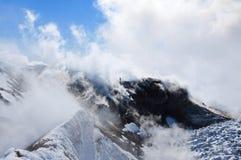 Touriste marchant sur le cratère du volcan Avachinsky Sopka Image libre de droits