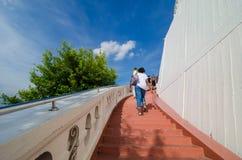 Touriste marchant vers le haut des escaliers Images stock