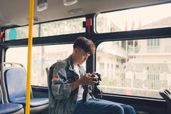 Touriste masculin asiatique photographiant la ville de la fenêtre du Image stock