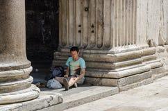 Touriste masculin assis sur le plancher du Panthéon à Rome en juillet 2013 l'Italie image stock