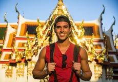 Touriste masculin beau dans le palais grand, Bangkok image stock