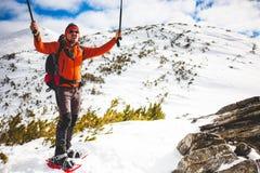 Touriste masculin dans des raquettes de neige Images libres de droits