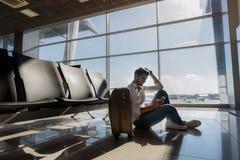 Touriste masculin heureux en prévision de voyage Photographie stock libre de droits