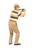 Touriste masculin prenant une photo avec l'appareil-photo Photos libres de droits