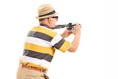 Touriste masculin prenant une photo avec l'appareil-photo Images libres de droits