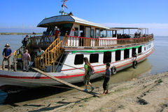 Touriste montant dans un bateau chez Mingun, Mandalay, Myanmar Photographie stock libre de droits