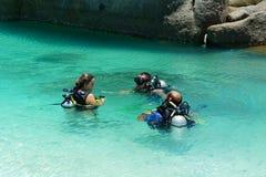 Touriste non identifié avec le procès de scaphandre en mer Images stock