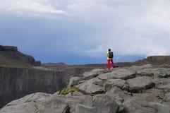 Touriste non identifié prenant des photos chez Dettifoss Islande Image libre de droits