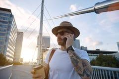 Touriste parlant au téléphone et tenant un café Images stock