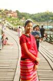 Touriste parmi le pont en bois Photos stock