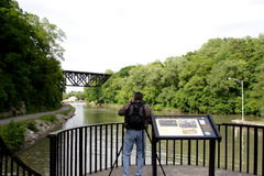 Touriste photographiant une passerelle Photos stock
