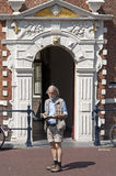 Touriste pour lire le guide de voyage pour le vieil hôtel de ville Hoorn Photographie stock libre de droits