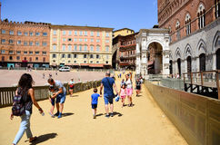 touriste près de Palazzo Publico en hôtel de ville de Piazza del Campo de Sienne, Toscane, Italie photographie stock