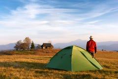 Touriste près de sa tente Photos libres de droits