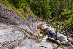 Touriste prenant des photos d'une cascade Images stock