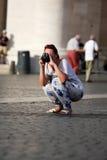 Touriste prenant une photo se tapissant Photographie stock libre de droits