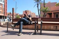 Touriste recherchant l'information Photographie stock