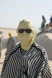 Touriste rectifié comme le bédouin avec des lunettes de soleil Image stock