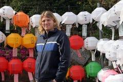 Touriste regardant les lanternes coréennes Photos stock