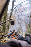 Touriste se situant dans la tente et regardant le feu dans la forêt de montagne Photographie stock libre de droits