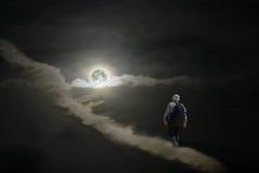 Touriste seul ayant une hausse à la lune photos stock