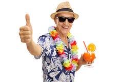 Touriste supérieur tenant un cocktail Photographie stock