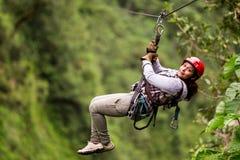 Touriste sur la ligne de fermeture éclair dans la forêt tropicale équatorienne Image libre de droits