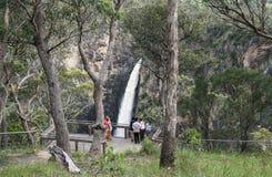 Touriste sur la plate-forme regardant la cascade en inondation Photographie stock libre de droits