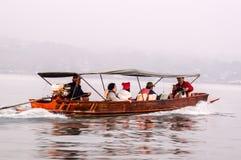 Touriste sur le bateau long-coupé la queue en Thaïlande Images stock