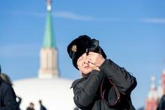 Touriste sur le grand dos rouge à Moscou Image libre de droits