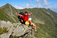 Touriste sur le journal de montagne carpathien Image stock