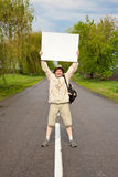 Touriste sur une route de campagne Images stock