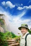 Touriste sur une route de campagne Photo stock