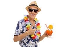 Touriste tenant un cocktail Photos libres de droits