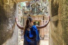 Touriste venant au temple antique dans Angkor, Cambodge Photos stock