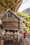 Touriste visitant des maisons de Helleren dans Jossingfjord, Norvège Image libre de droits