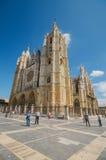 Touriste visitant la cathédrale célèbre de ville de Léon de point de repère photographie stock libre de droits