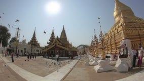 Touriste visitant le pays à la pagoda de Shwezigon banque de vidéos