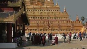 Touriste visitant le pays à la pagoda de Shwezigon clips vidéos