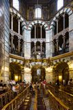 Touristen in Achteck Palatine-Kapelle in Aachen Dom Lizenzfreies Stockbild