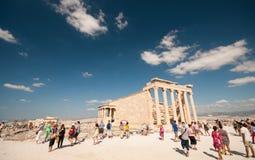 Touristen am Akropolishügel Athen Griechenland Stockfotos