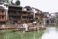 Touristen an alter Stadt Fenghuang Lizenzfreies Stockfoto